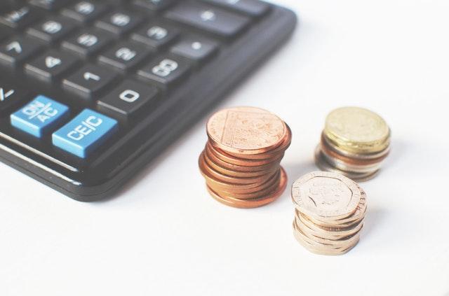 Kalkulačka, vedľa ktorej sú položené peniaze.jpg
