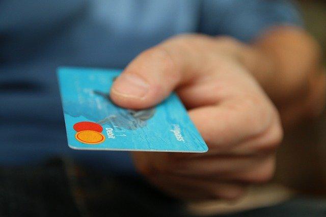 platobná karta v ruke.jpg
